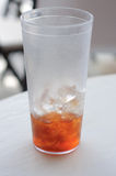 Boisson à moitié vide de thé glacé Images stock