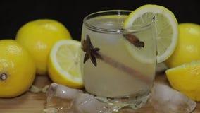 Boisson alcoolique régénératrice de cocktail sur le conseil en bois rustique Ajouter des glaçons clips vidéos