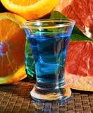 Boisson alcoolisée bleue du Curaçao dans le tir image stock