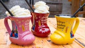 Boisson alcoolisée de Noël traditionnel - lait de poule, également connu sous le nom de poinçon de lait ou poinçon de lait d'oeuf photo stock