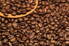Boisson aromatique de grains de café excellente pendant le matin images stock