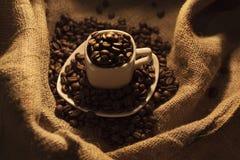 Boisson aromatique de grains de café excellente pendant le matin photo libre de droits