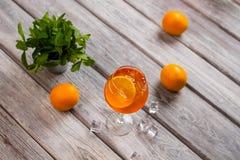 Boisson avec la tranche d'orange photos libres de droits
