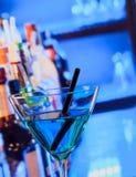 Boisson bleue de cocktail sur une table de barre photo stock