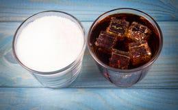 Boisson carbonatée avec de la glace Le concept du contenu de sucre en boissons adoucies Photographie stock libre de droits