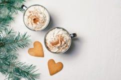 Boisson chaude avec la crème fouettée et les biscuits en forme de coeur, concept romantique d'hiver photo stock
