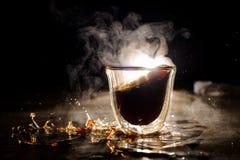 Boisson chaude débordée de café de tasse en verre Photographie stock libre de droits