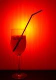 Boisson chaude d'été - cocktail glacé etc. avec la paille. photographie stock