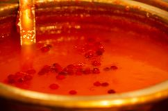 Boisson chaude de gelée de canneberge dans un pot images libres de droits