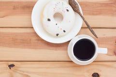 Boisson chaude de matin de beignet doux et de café noir Photos libres de droits