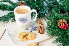 Boisson chaude de Noël avec de la cannelle Photo stock