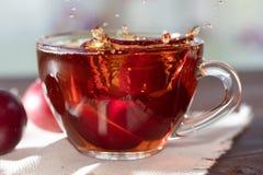 Boisson chaude Thé chaud de fruit dedans avec des prunes Photographie stock libre de droits