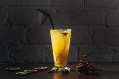 Boisson curative de gingembre d'hiver avec du miel et des oranges La cannelle, anis d'étoile, brindilles de sapin, mandarines, a  Photos libres de droits