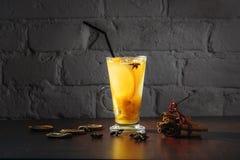 Boisson curative de gingembre d'hiver avec du miel et des oranges La cannelle, anis d'étoile, brindilles de sapin, mandarines, a  Photo stock