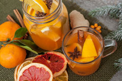 Boisson curative de gingembre d'hiver avec le citron, le miel et les oranges Photographie stock