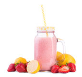 Boisson d'été des fraises douces et des citrons mûrs dans un pot de maçon, d'isolement sur un fond blanc Smoothie rose avec des f Photo stock