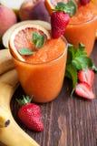 Boisson d'été, smoothies de fruits images stock