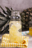 Boisson d'ananas dans la petite bouteille en verre Photographie stock libre de droits