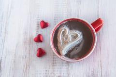 Boisson d'hiver de chocolat chaud avec Valentine Hearts Image stock