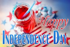 Boisson dans le pot de maçon au Jour de la Déclaration d'Indépendance américain Photographie stock libre de droits