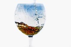 Boisson dans un verre sur un fond blanc Images libres de droits