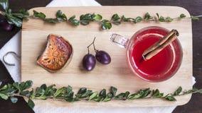 Boisson de baie avec du raisin, la cannelle et le balefruit sec sur le hachage Images stock