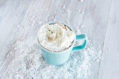 Boisson de chocolat chaud avec de la crème et la neige fouettées Images stock