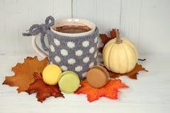Boisson de chocolat chaud avec des macarons images libres de droits