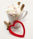 Boisson de chocolat chaud avec les bâtons croustillants de chocolat Image libre de droits