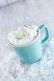 Boisson de chocolat chaud d'hiver avec la neige Image libre de droits