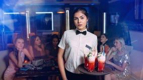 Boisson de cliente de serveuse de service de la barre VIP de restaurant photographie stock libre de droits