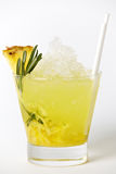 Boisson de cocktail d'ananas avec de la glace et le romarin photographie stock