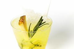 Boisson de cocktail d'ananas avec de la glace et le romarin image libre de droits