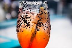 Boisson de cocktail sur le compteur de barre Photos stock