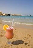 Boisson de fruit sur une plage Image stock