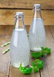 Boisson de graine de basilic doux dans des bouteilles en verre Image libre de droits