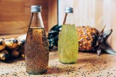 Boisson de graines de Basil dans la bouteille en verre images libres de droits