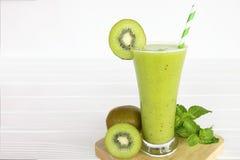 Boisson de Kiwi Yogurt Healthy Fruit Smoothie pendant le matin sur un fond en bois blanc photo libre de droits