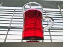 Boisson de l'eau rouge Photographie stock libre de droits