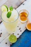 Boisson de miel de préparation de smoothie de jus de citron Image libre de droits