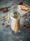 Boisson de milkshake de chocolat avec de la crème, le chocolat et le gâteau fouettés images libres de droits