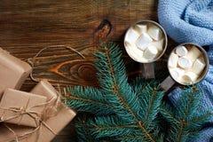 Boisson de Noël Attaquez le café chaud avec la guimauve sur le fond en bois An neuf Photos libres de droits