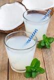 Boisson de noix de coco avec de la pulpe en verre Image libre de droits