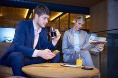 Boisson de prise de couples d'affaires après travail Image libre de droits