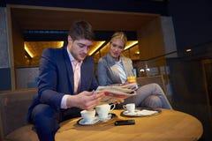 Boisson de prise de couples d'affaires après travail Images libres de droits