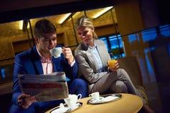 Boisson de prise de couples d'affaires après travail Images stock