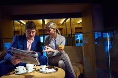 Boisson de prise de couples d'affaires après travail Photographie stock libre de droits