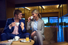 Boisson de prise de couples d'affaires après travail Photos stock
