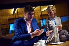 Boisson de prise de couples d'affaires après travail Image stock