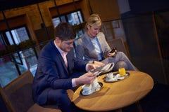 Boisson de prise de couples d'affaires après travail Photos libres de droits